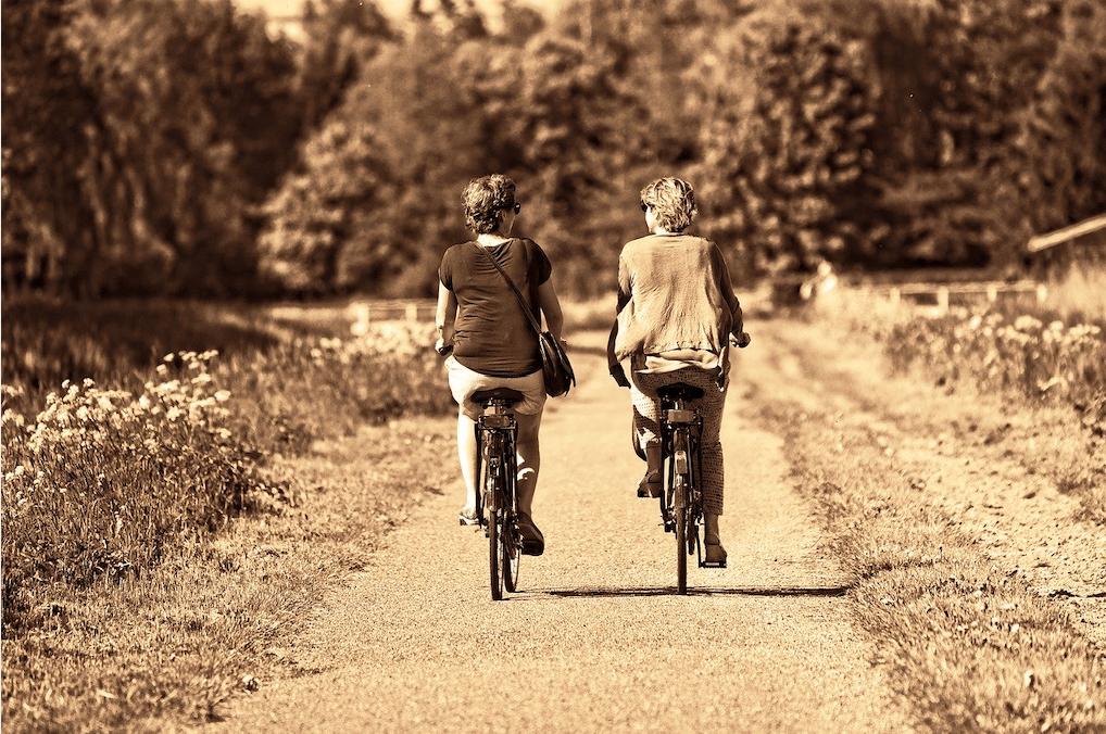 personas mayores en bicicleta